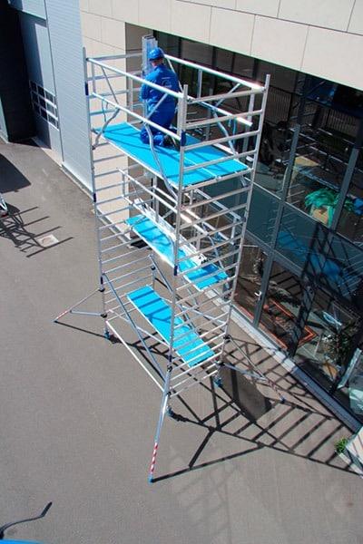 Torre móvil aluminio montándose